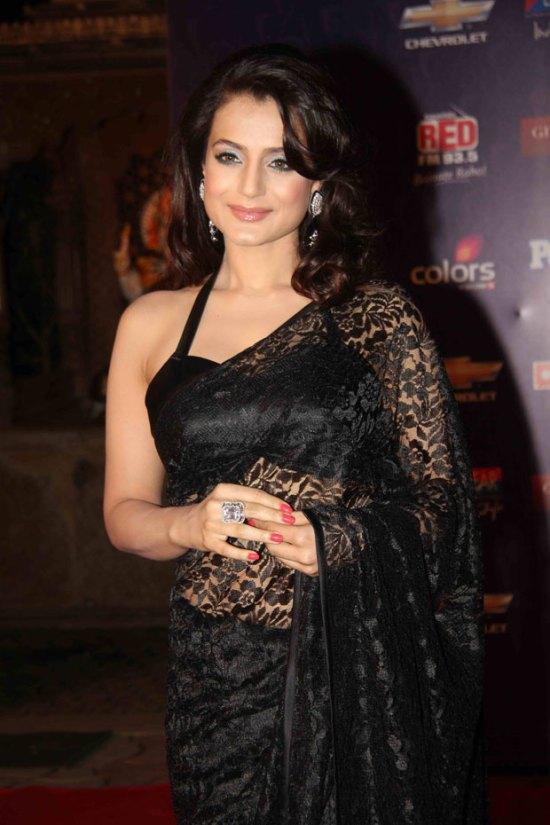amisha patel in black saree at apsara awards 2012