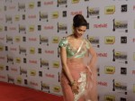 Deepika Padukone in a pink net saree at 57th Annual Filmfare Awards 2012