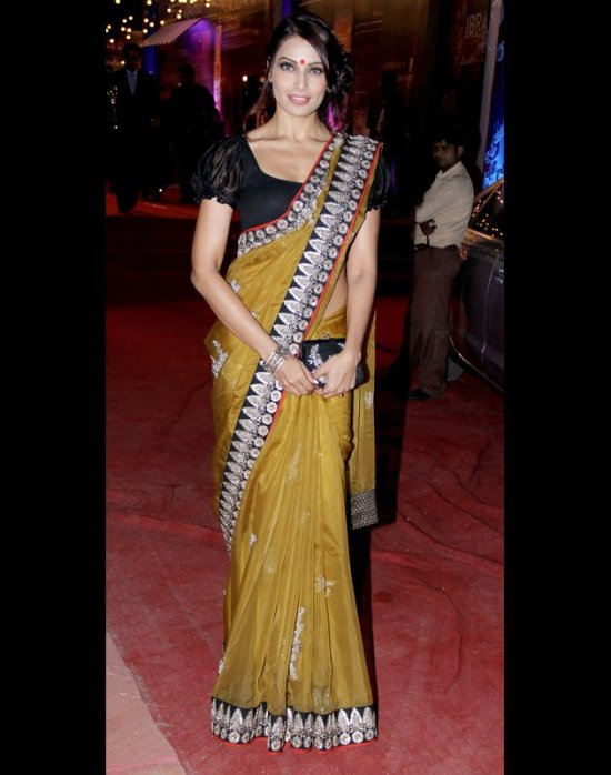 bipasha basu in a sabyasachi saree at stardust awards 2012