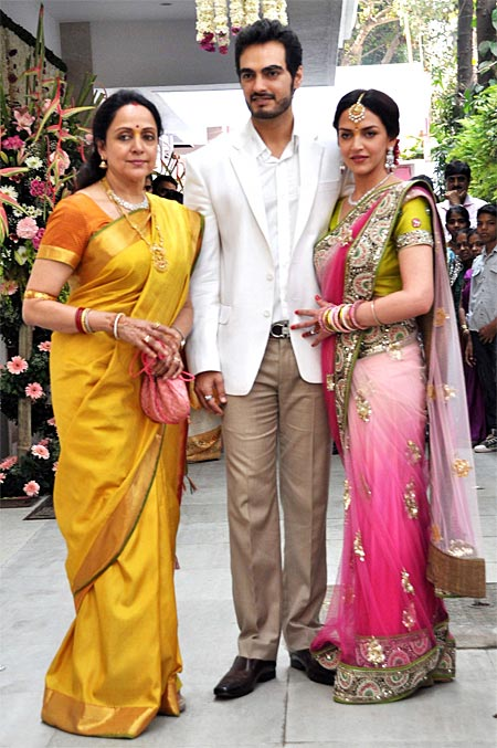 esha deol with hema malini and her future husband bharat takhtani