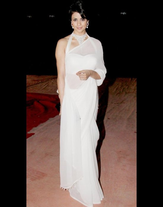 gul panag in a trenapsrent white saree at stardust awards 2012