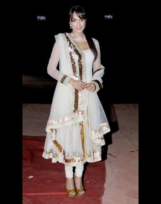 jia khan in white anarkali salwar kameez at stardust awards 2012