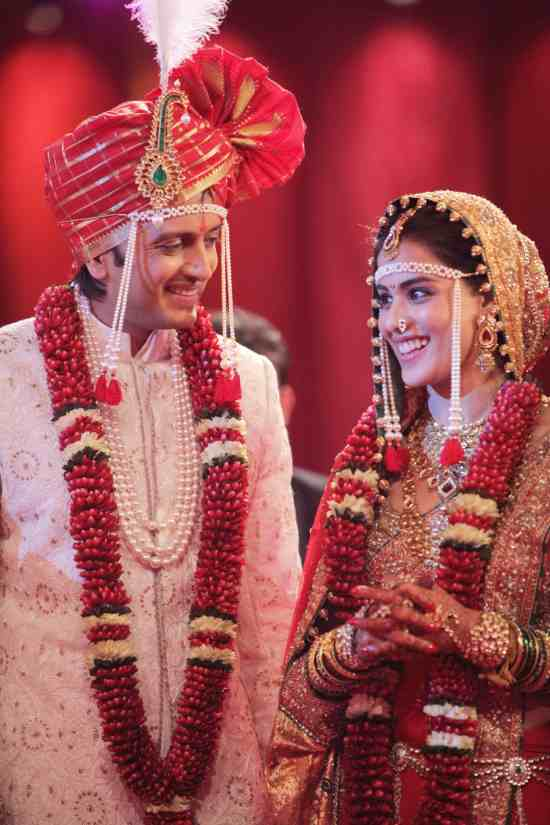 ritesh genelia looking stunning in their wedding dresses