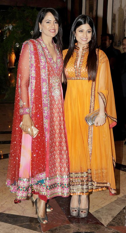 sameera reddy and shamita shetty at genelia and ritesh sangeet ceremony