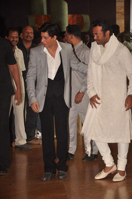 shah rukh khan and leander paes at ritesh genelia wedding party