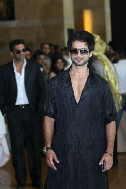 shahid kapoor in black sherwani at ritesh genelia wedding party