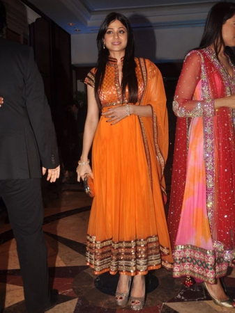 shamita shetty in a bright orange anarkali salwar kameez at ritesh and genelia sangeet ceremony