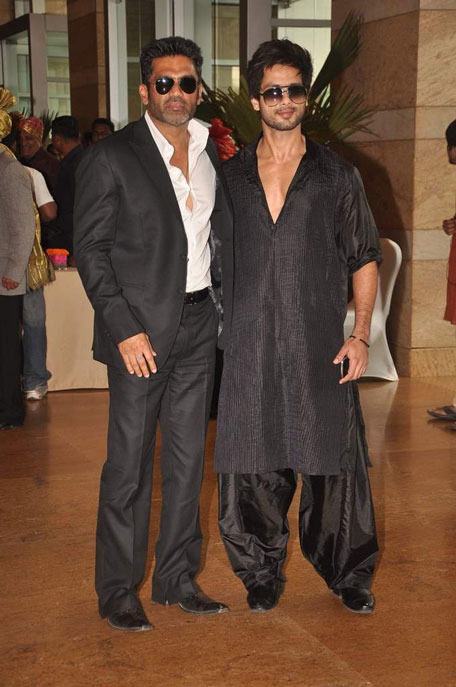sunil shetty and shahid kapoor at ritesh genelia wedding
