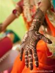 neha kapur showing her mehendi