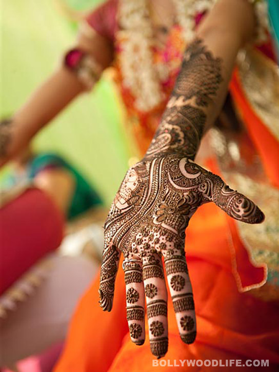 neha kapur showing her mehendi