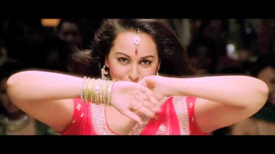 Sonakshi-Sinha-Sizzling-Hot-in-Red-Saree-Chamak-Challo-Chel-Chabeli-Song