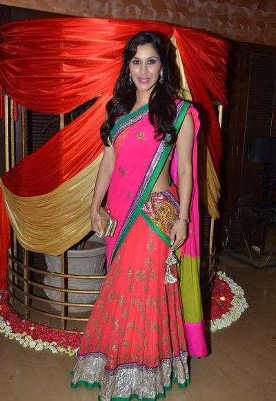sophie-choudry-during-bappa-lahiri-sangeet-ceremony
