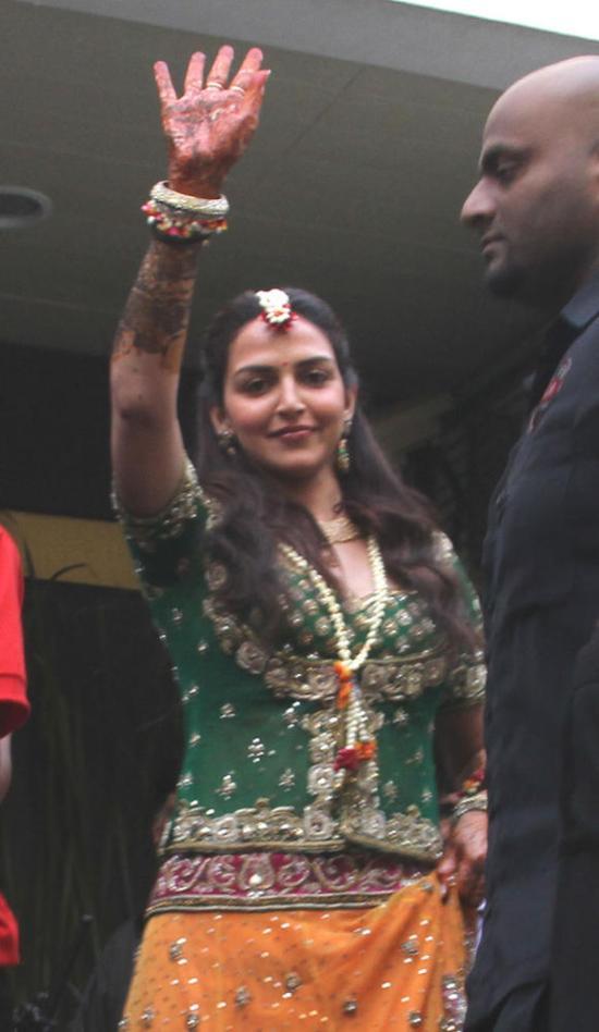 Esha Deol waving to the crowd