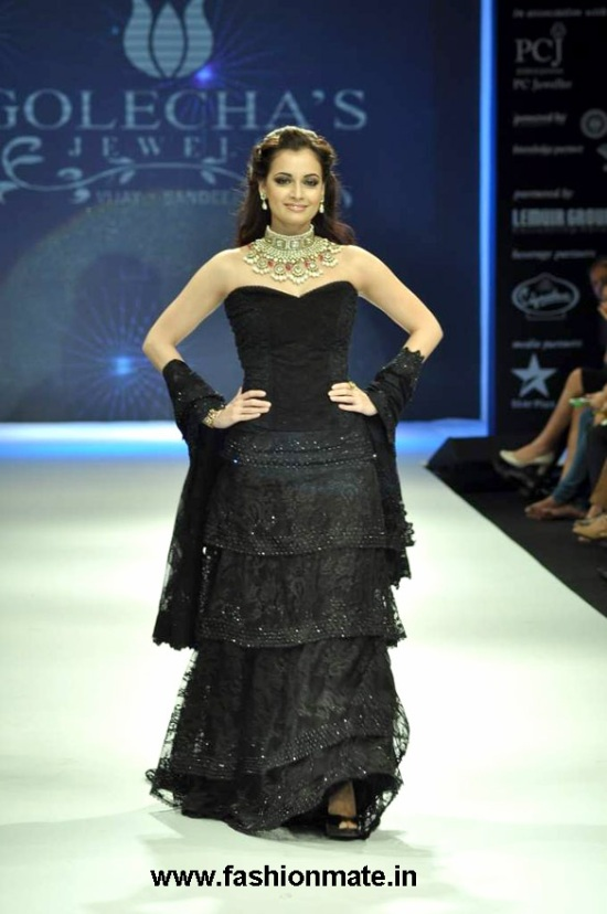 Dia-Mirza-in-Golecha-Jewels-necklace-at-India-International-Jewellery-Week-IIJW-2012