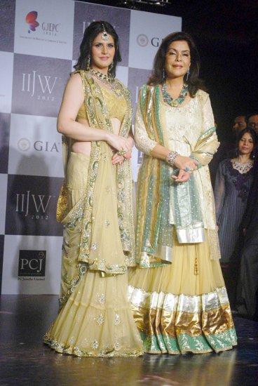 zarine khan with zeenat aman