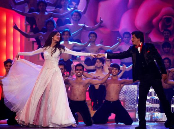 SHAHRUKH AND ANUSHKA PERFORMING IN THE CEREMONY