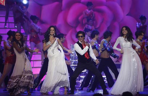 SRK WITH KATRINA & ANUSHKA PERFORM AT ZEE CINE AWARDS