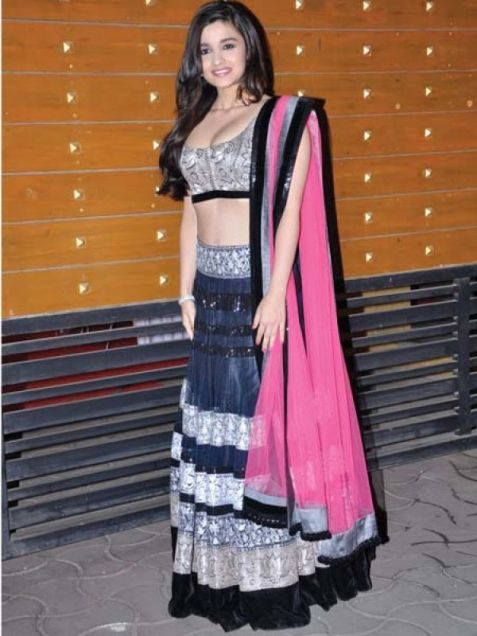 Alia Bhatt in a Manish Malhotra lehenga at the Filmfare Awards 2013