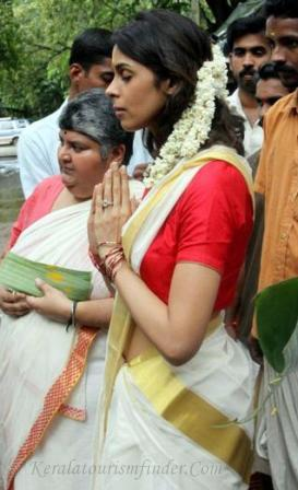 Mallika Sherawat offering prayers in a Settu saree