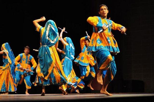 800px-Dandiya-Raas-Gujarat-1